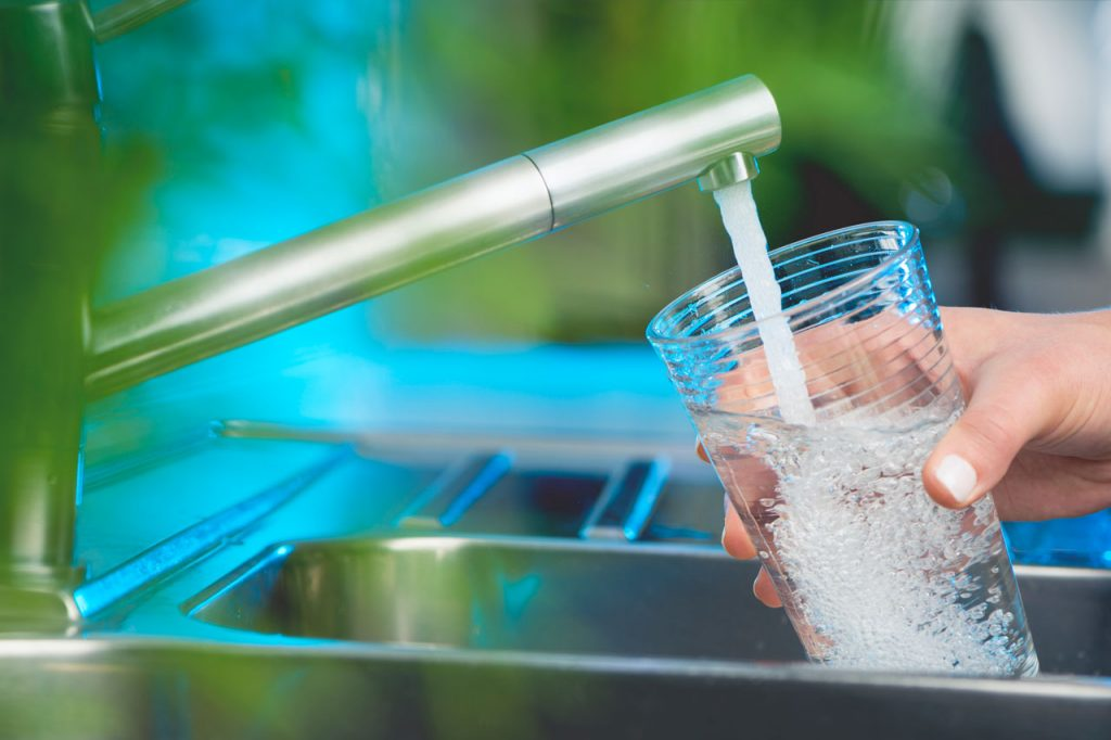 Hanasta lasketaan juomavettä kädessä olevaan lasiin.