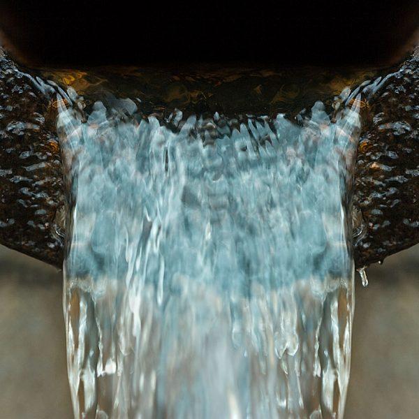 Vesi valuu viemäriputkesta.