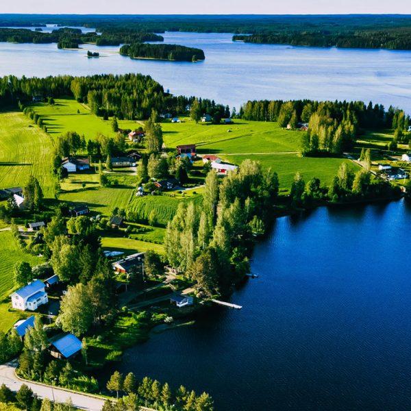 Ilmakuva järvimaisemasta jossa maaseudun asutusta.