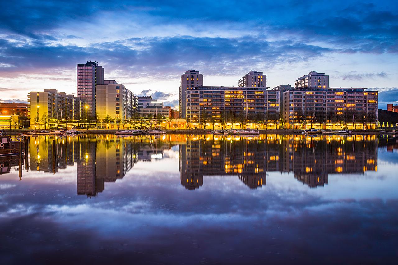 Kaupunkinänäkymä järven rannalla.