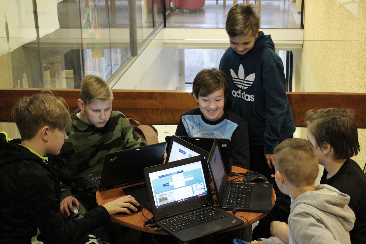 Vesi.fi-verkkopavelun testaus Iittalan yhtenäiskoululla. 5A-luokan pojat tutustuvat palveluun.