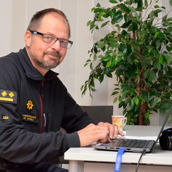 Ari Soppela valmiuspäällikkö Lapin pelastuslaitos työpisteellään.